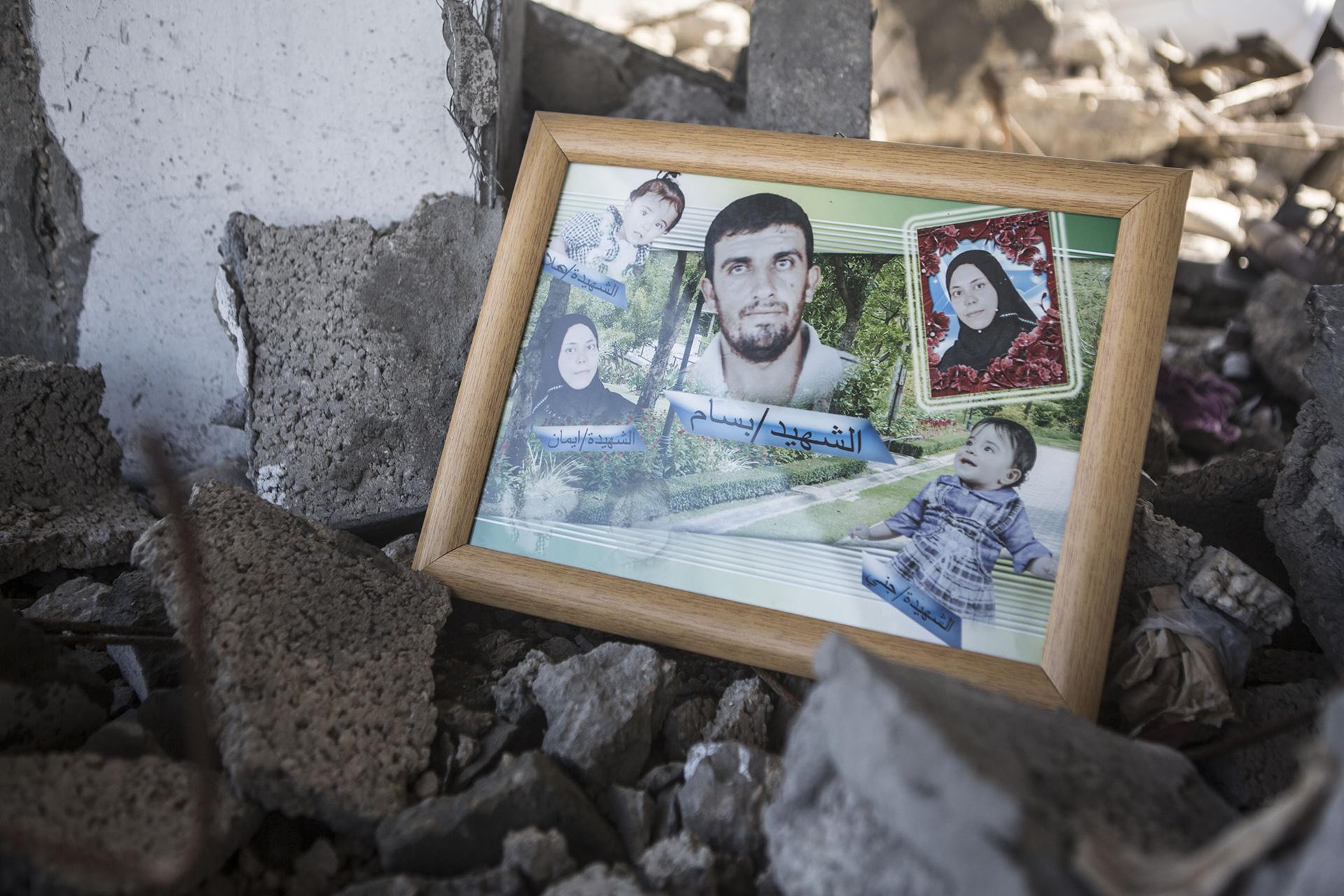 Fotos von Zakiyas Sohn Bassam, seiner Frau Iman und ihren beiden Töchtern Hala und Jana. Zwei weitere Familienmitglieder starben bei diesem Luftangriff: der zweijährige Yousef, Zakiyas Enkel und Suleiman, Zakiyas Schwager, der eine Woche nach dem Angriff im Krankenhaus in Ägypten starb, wo er zur Behandlung hingebracht wurde.