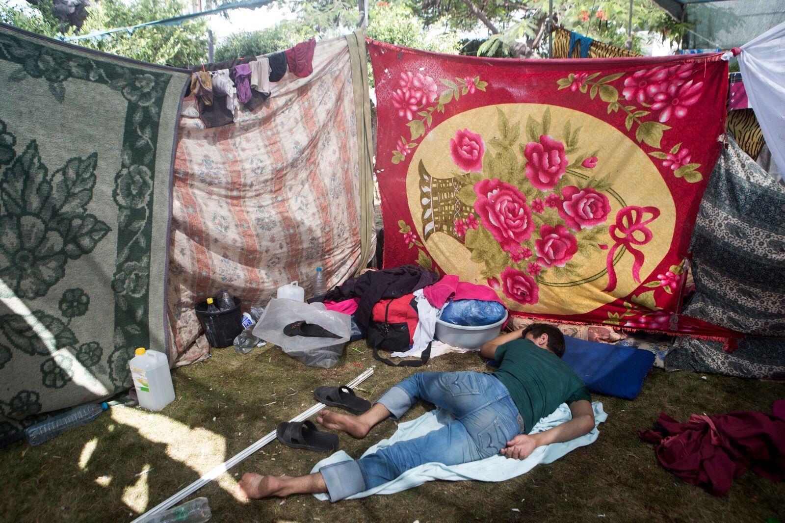 Als die Schulen voll sind, die die UN als vorübergehende Unterkünfte vorschlug, schlafen viele Menschen, die aus Shuja'iyya geflohen sind, wochenlang im Garten des größten Krankenhauses des Gazastreifens.