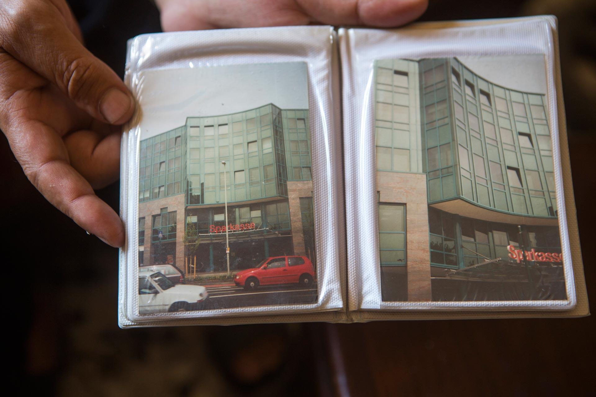 """""""Ibrahim der Architekt"""" – die ganze Familie ist stolz auf seine Arbeit. Hier zeigt sein Bruder ein Gebäude, das Ibrahim in Köln entworfen hat."""