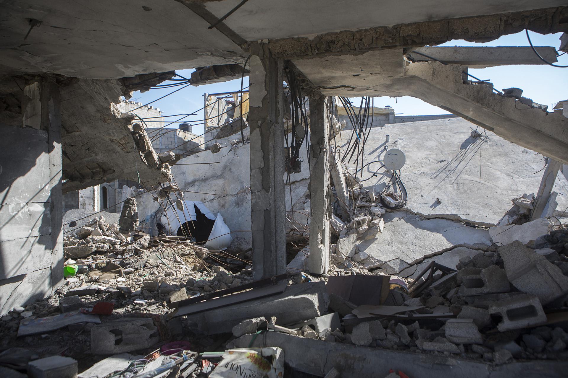 """""""Ich habe dieses Haus 1986 für meine Kinder gebaut"""" sagt Salem. Er arbeitete in der israelischen Landwirtschaft, um Geld für das Haus zu sparen. Ein Jahr nach der Bombardierung sind die Trümmer geräumt und ein neues Haus wird auf dem angrenzenden Grundstück erbaut."""
