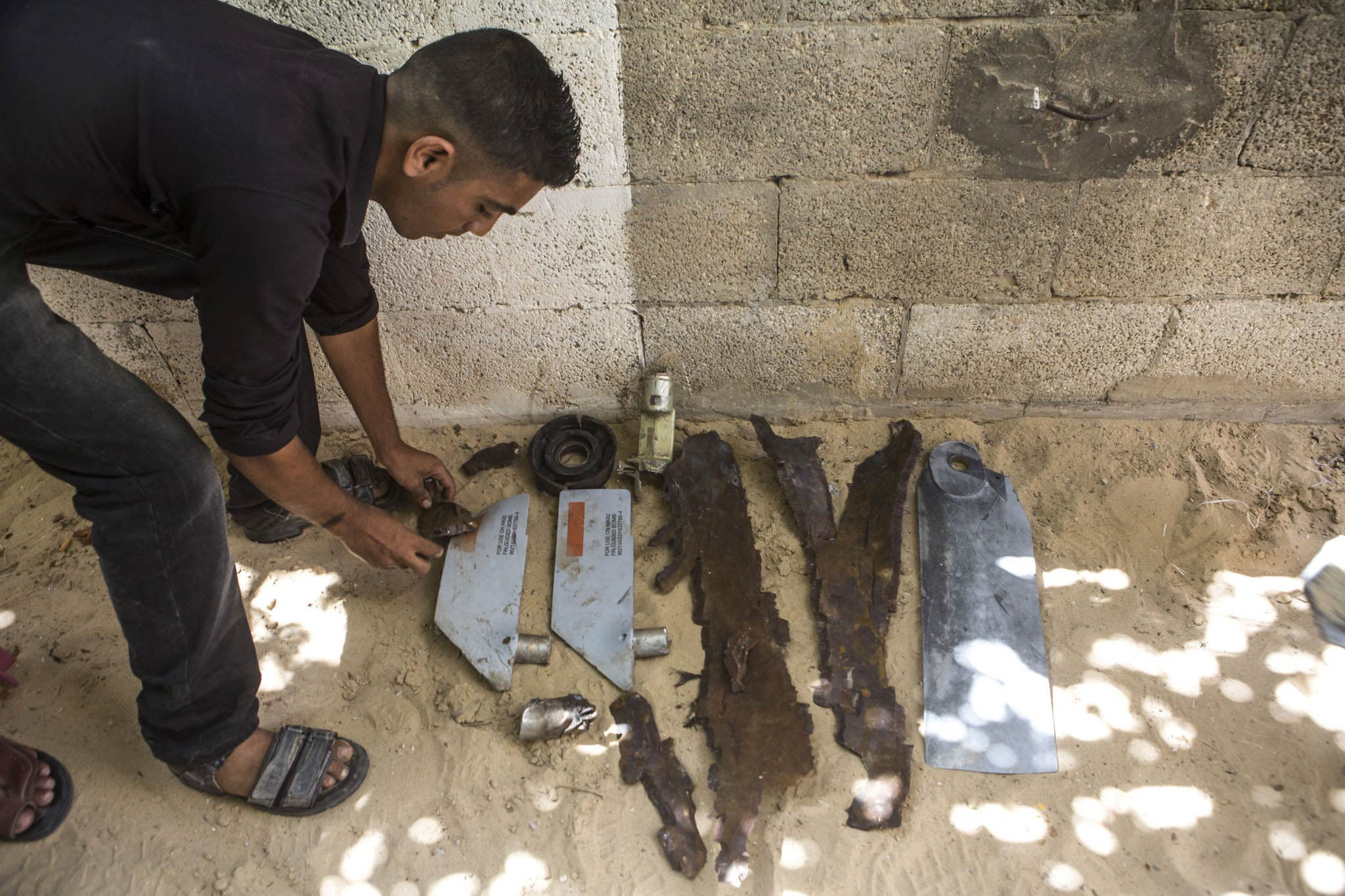 Pieces of the bomb that was dropped on the al-Louh family. The two grey elements are the fins of a guided bomb, so-called 'smart bomb'. They help steer it, so that it hits the target precisely – in this case a house with Rafat's sleeping family inside.