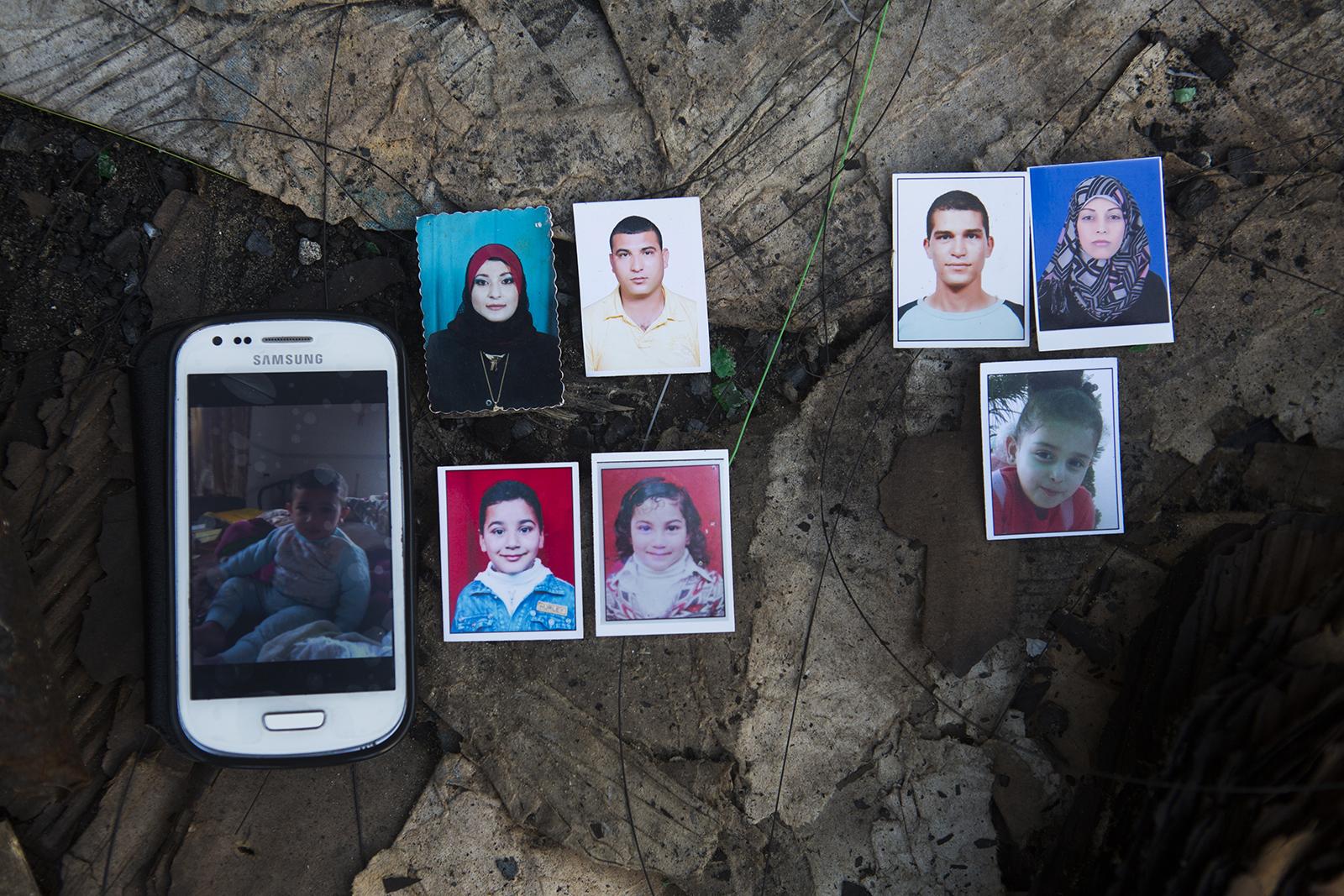 30 LIPCA 2014 Ośmioro członków rodziny al-Chalili zostało zabitych, gdy czekali na ewakuację.