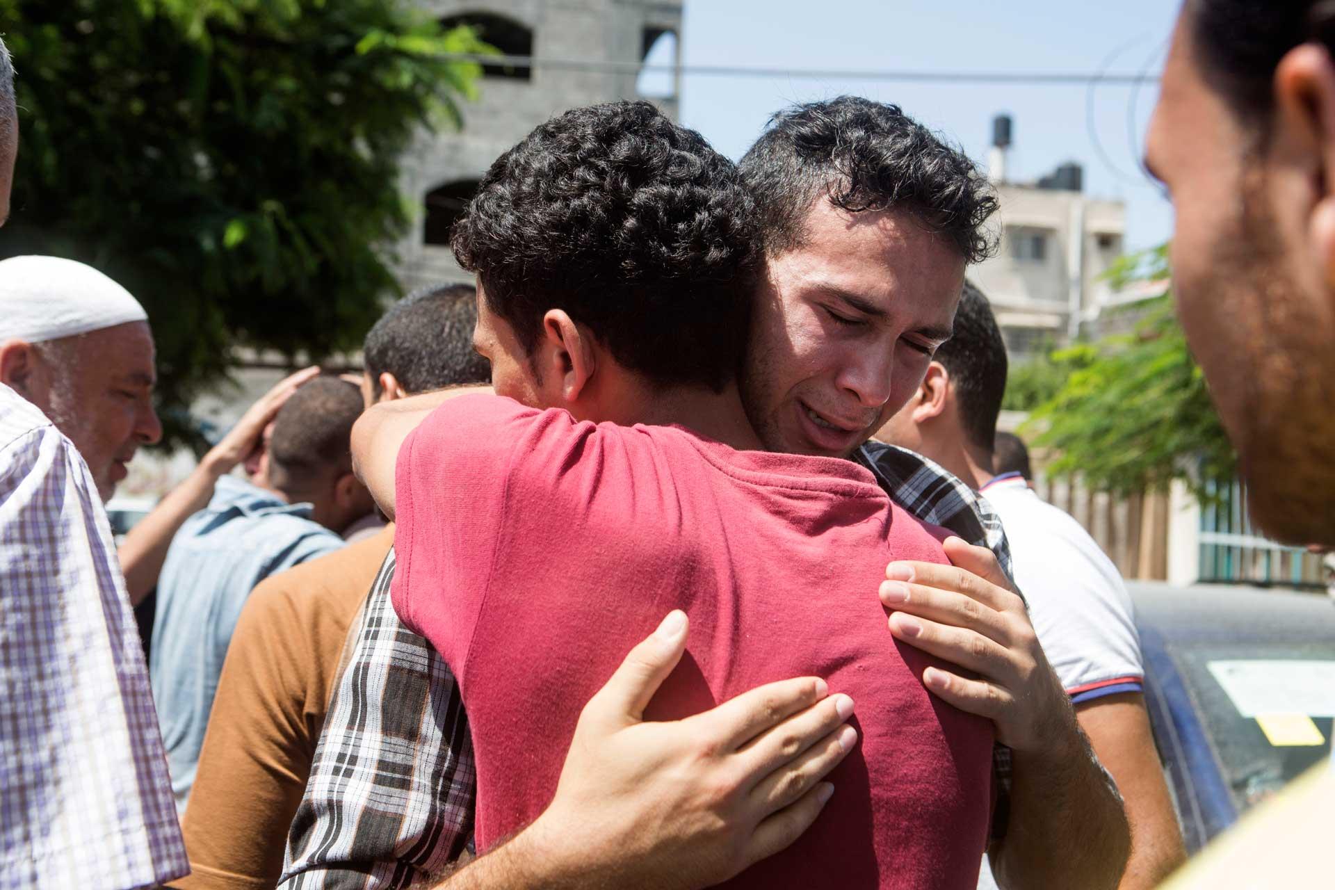 Kolejny zbraci al-Chalili, dwudziestoletni Ismail, płacze, pogrążony wrozpaczy przed kostnicą szpitala al-Szifa wGazie.