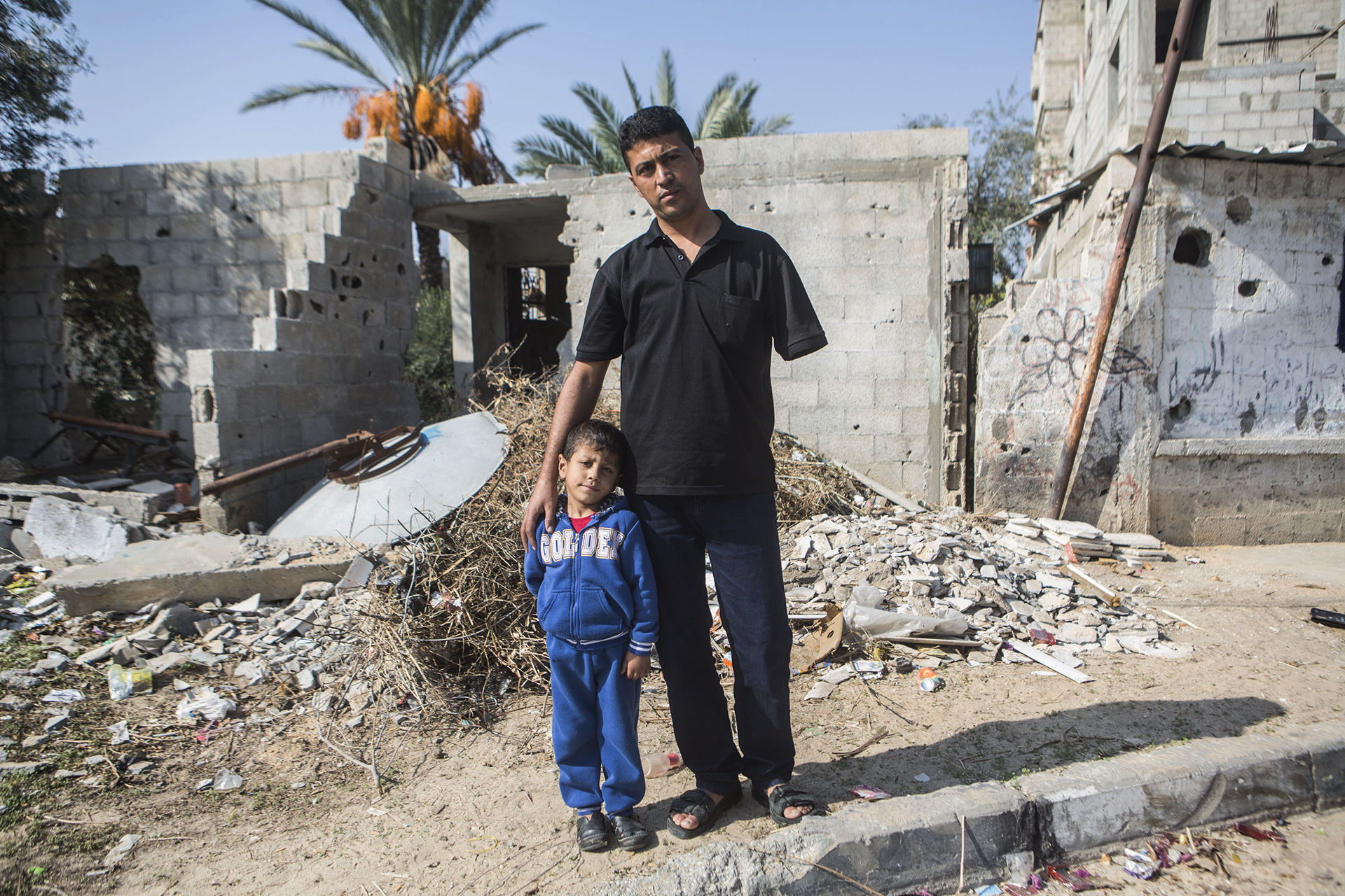 Nabil et son fils Baderaddin, à l'emplacement où la famille Siyam a été décimée.